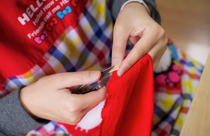 布にハサミで一定の太さの切り込みを入れる