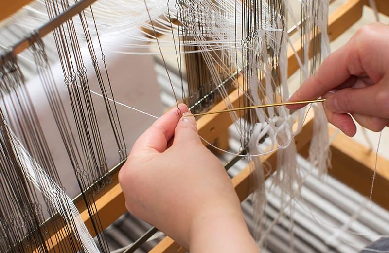 上糸と下糸を交互に綜絖へ通す