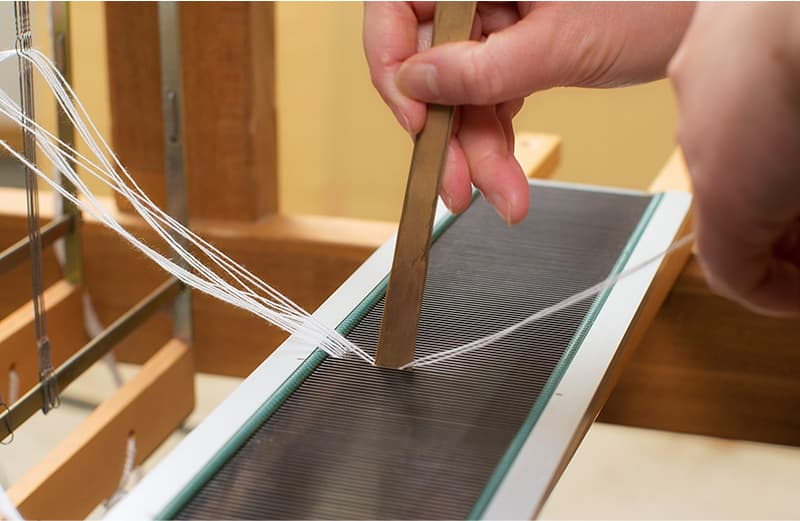 上糸と下糸が1 セットになるように筬へ通す