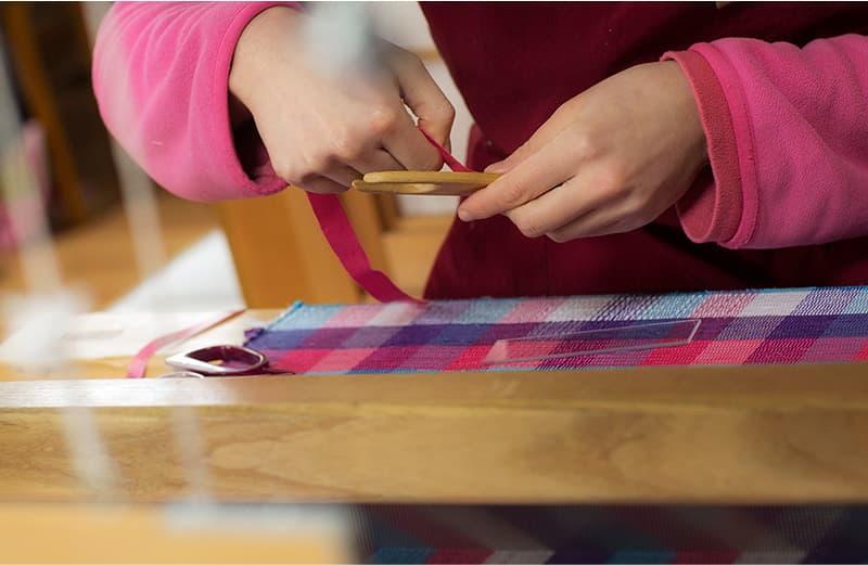 裂いたよこ糸を杼という板に巻きつける